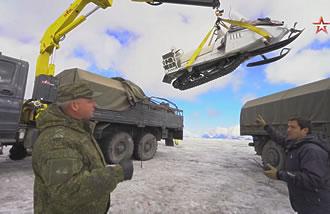 Экспедиция на Эльбрус / Выгрузка снегохода А-1 из кузова «Урала»